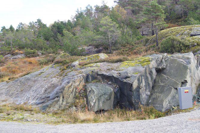 Tomt 07. Den ligger sentralt i boligfeltet. Bildet er tatt mot øst.